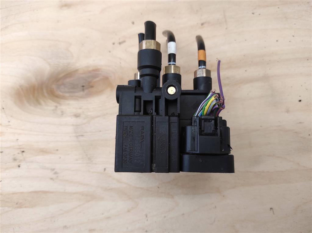 Блок клапанов пневмоподвески   Номер по каталогу: LR113342, совместимые:  LPLA-5B710-AA,LR070246,LR113342