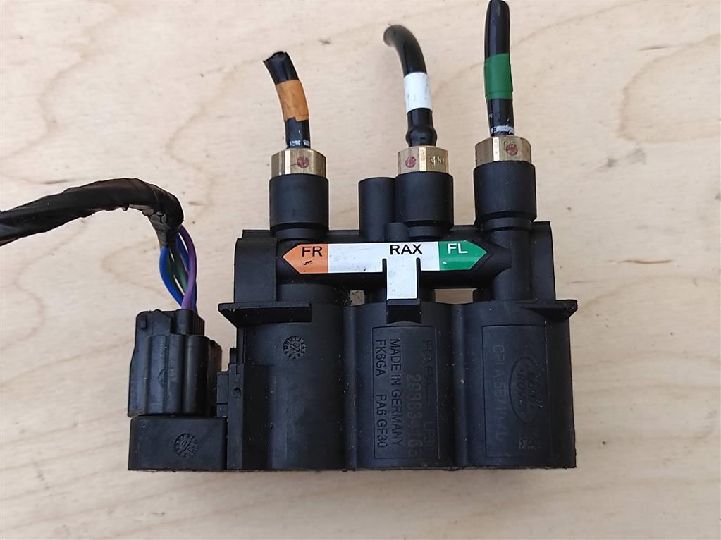 Блок клапанов пневмоподвески   Номер по каталогу: LR070245, совместимые:  CPLA-5B710-AD, LR037081